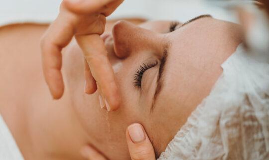 Pflege der Augenpartie für einen frischen und jugendlichen Ausdruck