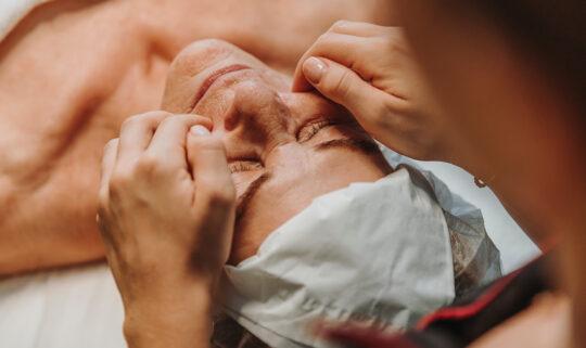 Die wohltuende Gesichtsmassage löst Verspannungen, kurbelt Ihren Stoffwechsel an und sorgt für eine bessere Durchblutung